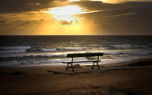 Обои Лавочка с видом на закат над морем