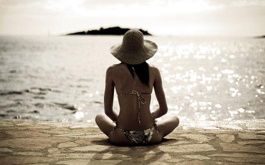 Обои Девушка в купальнике и шляпе сидит у моря