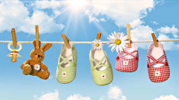 Обои Для просушки на солнышке вывесили соску, игрушечного мишку,  тапочки, сандалики.
