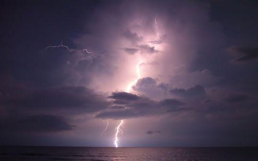 Обои Молнии освещают небо над морем