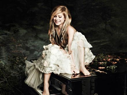 Обои Аврил Лавин в белом платье на фортепиано