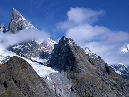 Обои Горы в тумане и в снегу