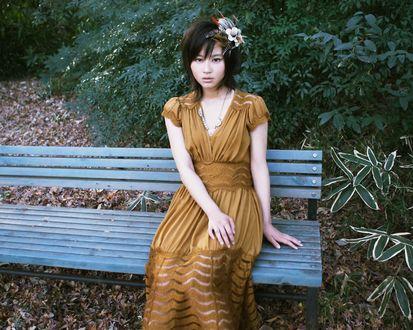 Обои Хорикита Маки / Horikita Maki сидит на скамье