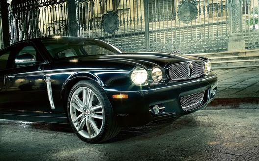 Обои 2009 Jaguar XJ у забора с ажурными решётками