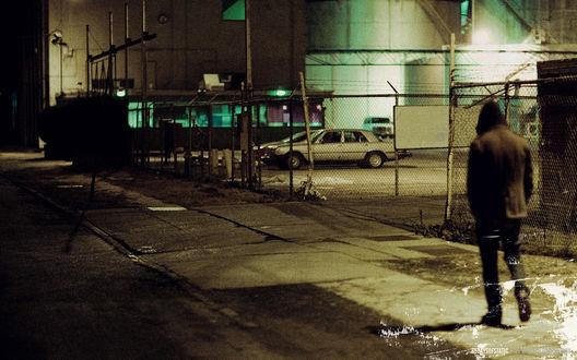 Обои Парень идет ночью по пустой улице ( 65daysofstatic)