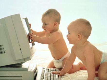 Обои Два малыша за компьютером