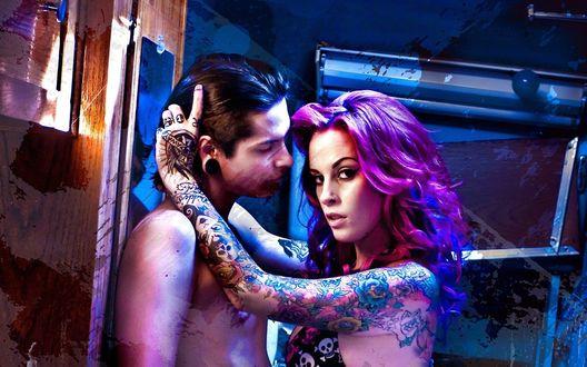 Обои Почти раздетые парень и девушка с пирсингом и  татуировками, любовь и страсть