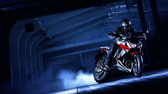 Обои Мотоциклист в ангаре на 'Kawasaki'