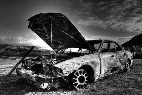 Обои Разбитый и ржавый автомобиль