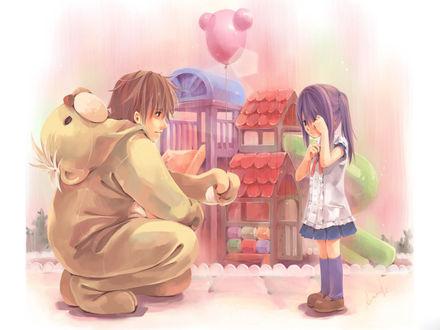 Обои На детской площадке парень в костюме мишки протягивает плачущей девочке воздушный шарик