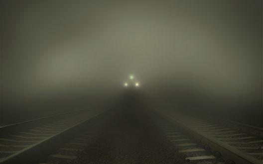 Обои Свет фар поезда, мчащегося сквозь туман
