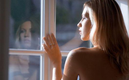Обои Девушка смотрит в окно