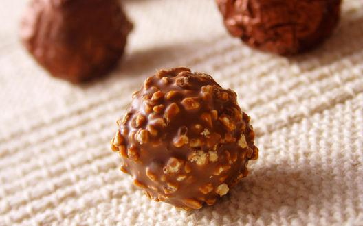 Обои Шоколадные конфеты с орешками