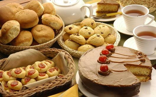 Обои Сладкий стол - торт шоколадный с вишней и клубникой, булочки, печенье с изюмом, чашки с чаем