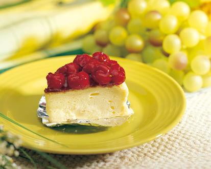 Обои Кусочек ягодного пирога и зеленый виноград