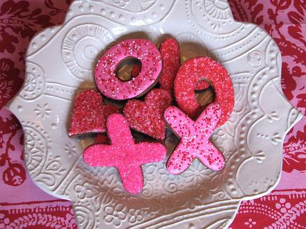 Обои Розовые печеньки в виде букв Х, О и сердечек