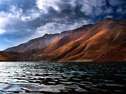 Обои Пейзаж красивого залива в горах