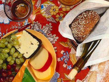 Обои Дессерт-сыры, виноград, мёд, зерновой хлеб, бутылка Токая