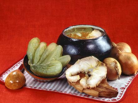 Обои Русская кухня. Рассольник из осетрины, рядом-огурчики солёные, луковицы, кусок осетринки
