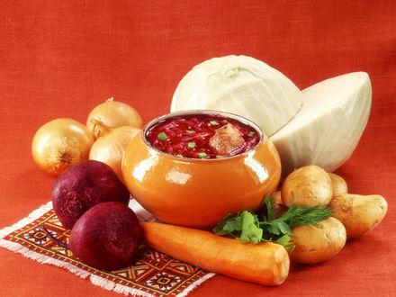 Обои Русская кухня. Борщ, рядом продукты, нужные для его приготовления - свекла, морковь, картофель, лук, капуста, зелень