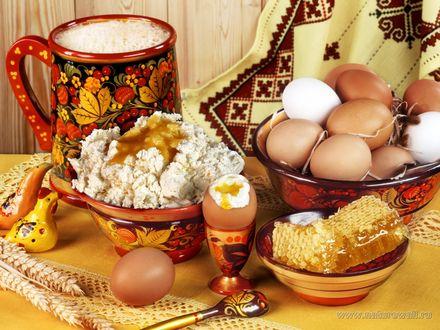 Обои Русская кухня. Пасха, рядом то, что нужно, чтобы её приготовить-яйца, мёд в сотах, творог