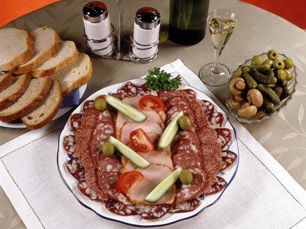 Обои Ветчина, колбаса, огурцу, помидоры, сельдерей, белое вино, маринованные корнишоны, грибы, оливки, белый и черный хлеб, соль и перец