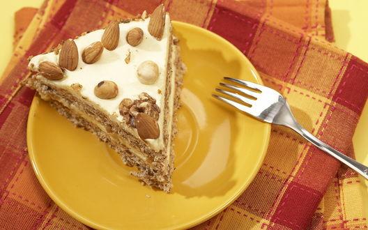 Обои Кусочек орехового тортика на тарелке