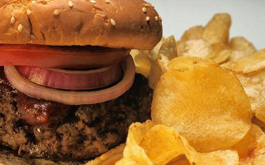 Обои Гамбургер с котлетой и колбасой, рядом фри
