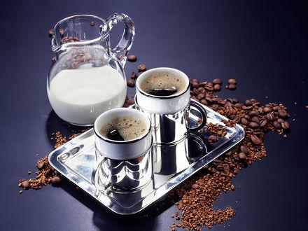 Обои Две чашки кофе, и стеклянный кувшин с молоком на блестящем подносе, вокруг зерна кофе