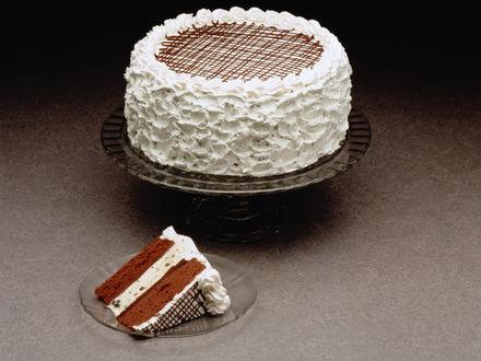Обои Шоколадный торт с большим количеством крема