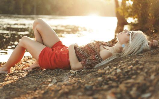 Обои Блондинка лежит на берегу реки