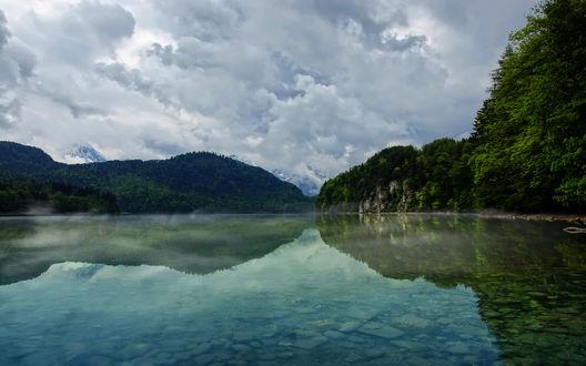 Обои Горное озеро в окружении гор и леса