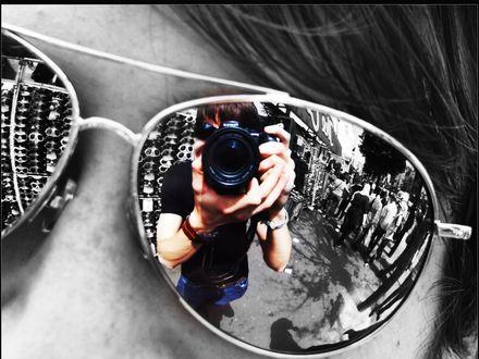 Обои Отражение фотографа в очках