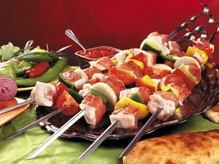 Обои Шампуры с шашлыком готовы к жарке, рядом овощные приправы, соус