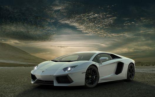 Обои Lamborghini Aventador на фоне неба