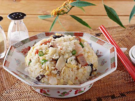 Обои Рис с мясом и овощами в красивой тарелке, рядом палочки для еды