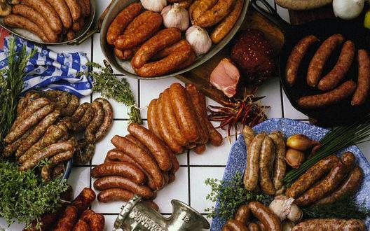 Обои Мир колбас, тут и то с чем их готовят-майоран, оригано, экстрагон, перец чили, чеснок, лук и допотопная мясорубка для набивания оболочки колбас фаршем
