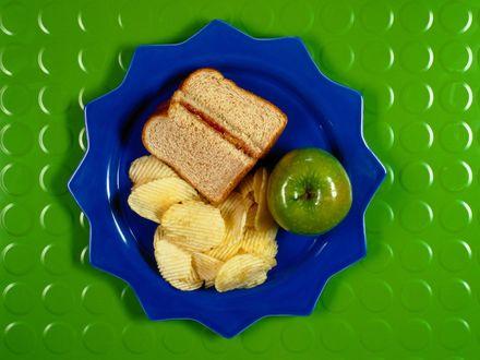 Обои Тарелка с яблоком,хлебом и чипсами
