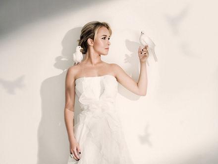 Обои Хайден Панеттьери в белом платье с двумя белыми голубями