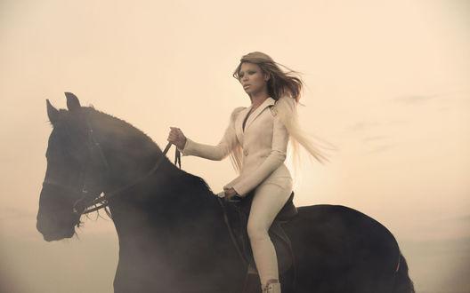 Обои Бейонсе в белом костюме сидит верхом на чёрной лошади