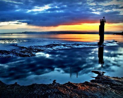 Обои На морском побережье одиноко стоит маяк