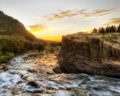 Обои Река течёт через скалы