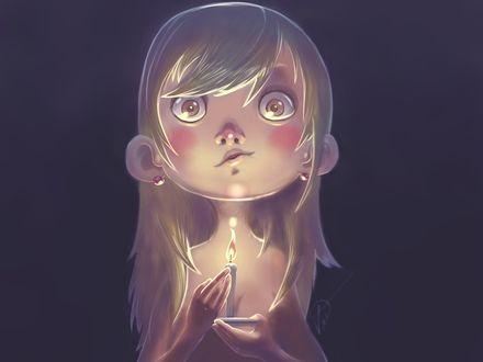 Обои Девочка с большими глазами держит в руках свечу