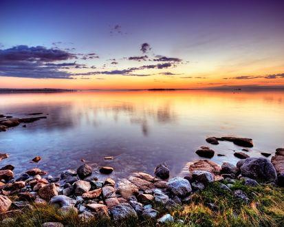 Обои У берега озера на закате