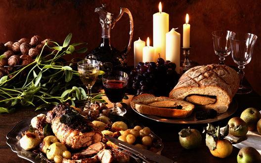 Обои Ужин при свечах - запечённое мясо с яблоками и крыжовником, рулет, грецкие орехи, виноград, вино