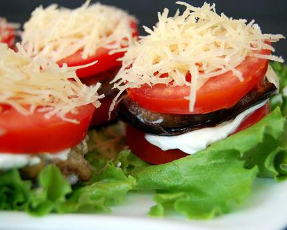 Обои Жаренные баклажаны с помидорами и сыром