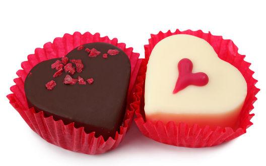 Обои Две шоколадные конфетки в виде сердечек