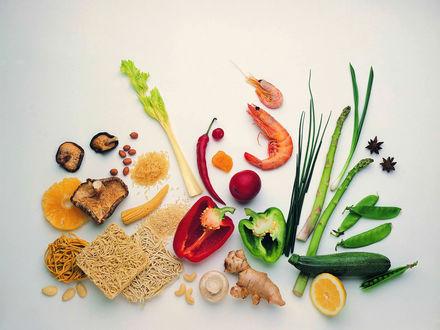 Обои Продукты для приготовления блюда: сушеные грибы, креветки, лапша, кукуруза, рис, зелень, цукини, болгарский перец, красный перец
