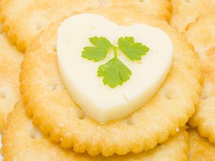Обои Соленые крекеры с сыром в виде сердца и листиком петрушки