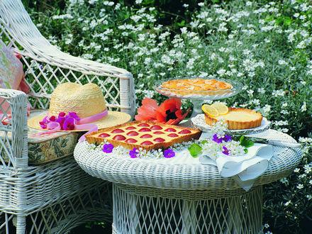 Обои На столике в саду сладкие пироги